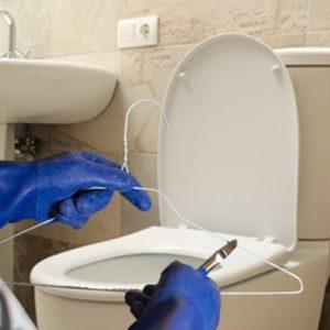 Désobstruer un WC : le cintre